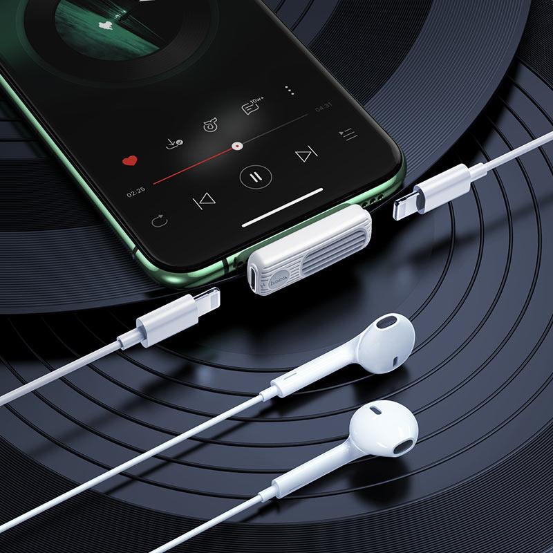 hoco-ls29-двойной-lightning-аудио-конвертер-интерьер-белый